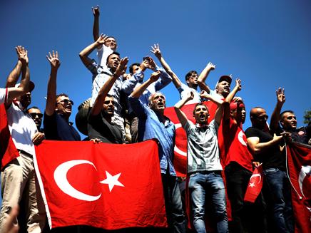 טורקים לאחר נסיון המהפכה שכשל (צילום: רויטרס)
