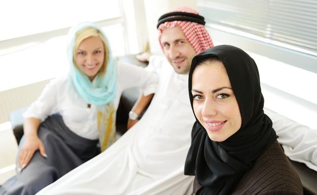 גבר ושתי נשים פוליגמיה (צילום: Zurijeta, Shutterstock)