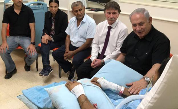 """רה""""מ נתניהו ביקר את הפצוע בביה""""ח (צילום: אפרת שררה, ביהח קפלן)"""