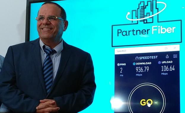 שר התקשורת איוב קרא והמהירות של Partner Fiber (צילום: יאיר מור, NEXTER)