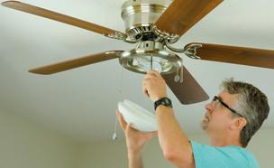 טכנאי מתקן מאוורר תקרה (אילוסטרציה: Mike Focus, Shutterstock)