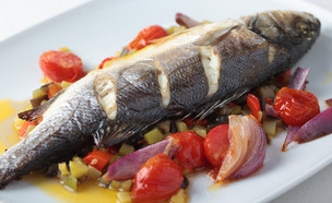 דג שלם צלוי עם ירקות בתנור (צילום: StockphotoVideo, Shutterstock)