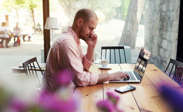 גבר עובד מהבית (אילוסטרציה: GaudiLab, Shutterstock)