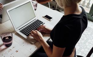 אישה יושבת מול מחשב (אילוסטרציה: LOFTFLOW, Shutterstock)