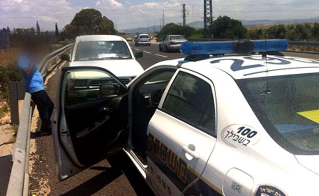 רכב מכונית נגד כיוון התנועה בנתיב הנגדי כביש 85 (צילום: רפעת עכר)