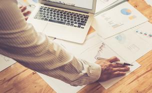 אנשי עסקים מנתחים השקעות (צילום: shutter_o, Shutterstock)
