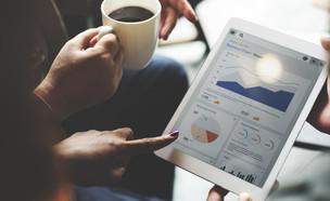 השקעות- אנשי עסקים מביטים בנתונים כלכליים (צילום: Rawpixel.com, Shutterstock)