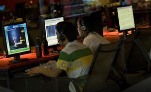 סינים גולשים באינטרנט קפה (צילום: Sakchai Lalit | AP)