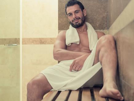 גבר בסאונה (צילום: Shutterstock)