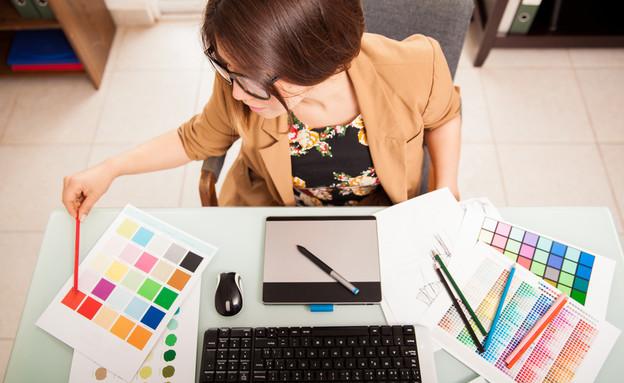 מעצבת גרפתית עובדת על המחשב (צילום: antoniodiaz, Shutterstock)