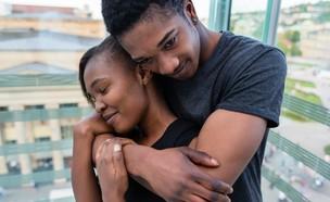 זוג מאוהב מתחבק (צילום: Kzenon, Shutterstock)