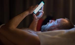 גבר במיטה (צילום: AMJonik.pl, Shutterstock)