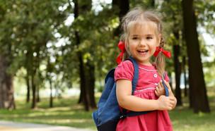 ילדה עם תיק גב (צילום: Maria Symchych, Shutterstock)