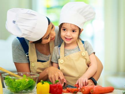 אמא ובת מבשלות
