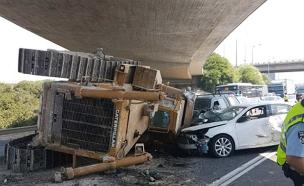 3 נפצעו קל בנפילת טרקטור בכביש 1 (צילום: דוברות המשטרה)