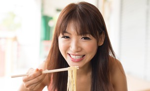 אישה אסיאתית אוכלת עם צ'ופסטיקס (אילוסטרציה: szefei, Shutterstock)