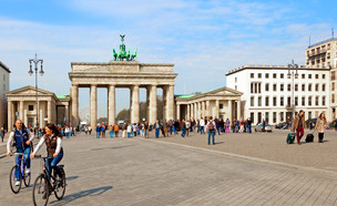 תיירים בברלין (צילום: VICTOR TORRES, Shutterstock)