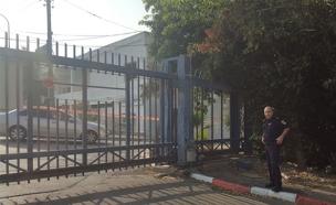 השער החשמלי בכניסה למתחם המסחרי (צילום: דוברות המשטרה)