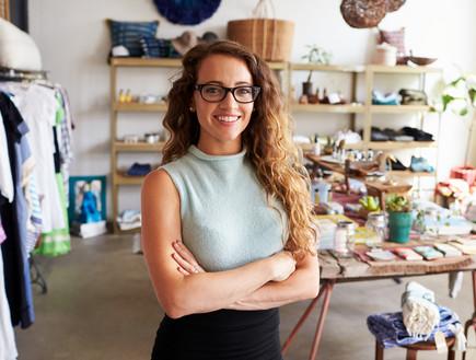 אישה בחנות בגדים