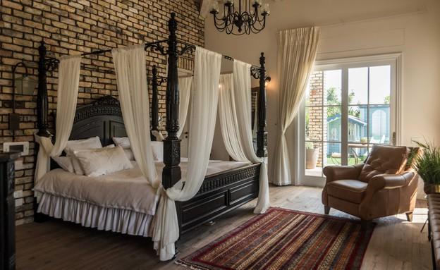 יניב סלומון - סוויטת ההורים נותנת מקום של כבוד למיטת האפירון הגדול (צילום: יניב סלומון)
