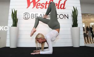 מדריכת היוגה והאינסטגרמרית קייטלין טרנר בכנס בקליפורניה (צילום: Kelly Sullivan, getty images)