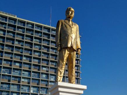 הפסל של נתניהו בכיכר רבין, בשנה שעברה