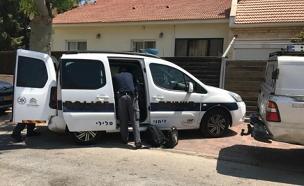 המשטרה מחוץ לדירה בה התאבדו הקשישים (צילום: דוברות המשטרה)