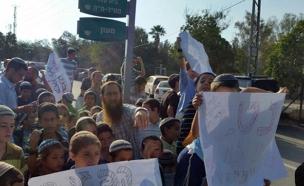 """ההפגנה במצפה יריחו """"שמשרד החינוך יקח אחריות"""" (צילום: שחר כהן)"""