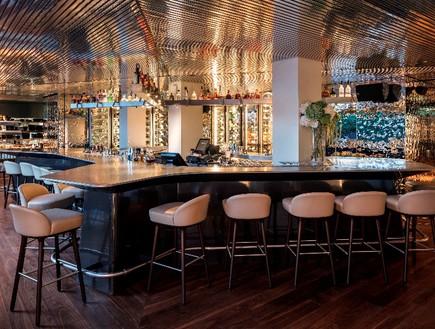 מסעדות08, התקרה והקירות יוצרים טקסטורה ומשחקי השתקפות