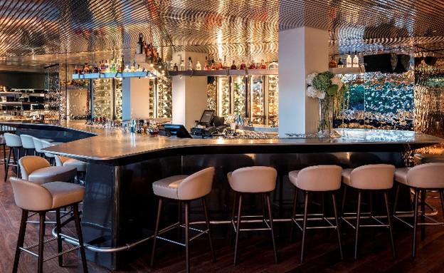 מסעדות08, התקרה והקירות יוצרים טקסטורה ומשחקי השתקפות (צילום: עמית גרון)