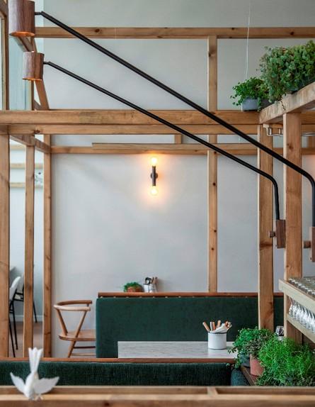 מסעדות06, מבנה עץ מייצר חציצה עדינה בחלל