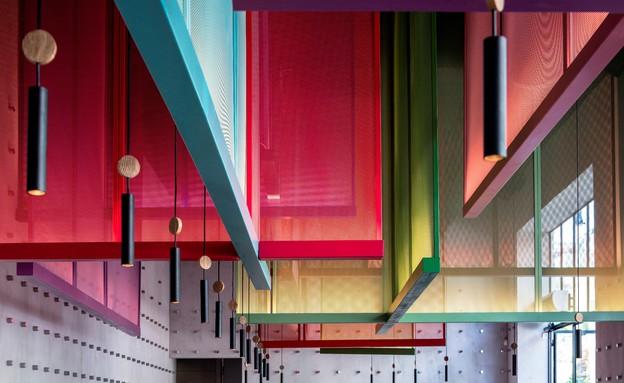 מסעדות01, אלמנט אנכי בהשראת פסטיבלי עפיפונים יפניים (צילום: עמית גרון)