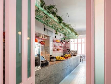 מסעדות02, החלונות האותנטיים נצבעו בורוד