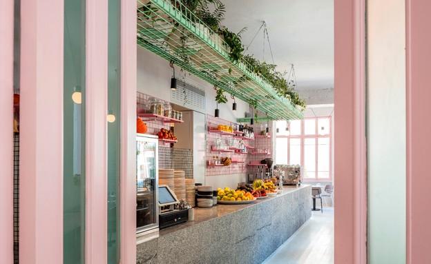 מסעדות02, החלונות האותנטיים נצבעו בורוד (צילום: עמית גרון)
