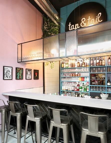 מסעדות08 ארון תצוגה מזכוכית מעל הבר