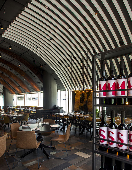 מסעדות05, קשתות עץ וגוונים כהים ועשירים יוצרים אווירה ייחודית (צילום: יואב גורין)
