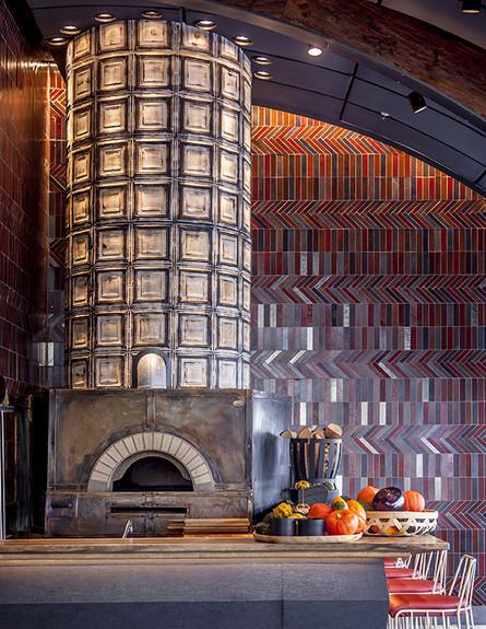 מסעדות05, טאבון ענק ואריחים בעבודת יד שמחפים את הקיר
