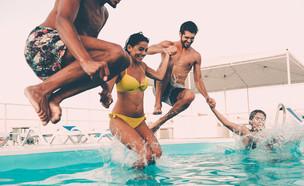 צעירים בבריכה (צילום: g-stockstudio, Shutterstock)
