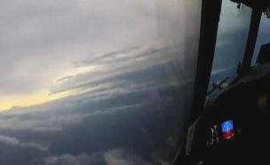 טיסה בתוך הסופה אירמה (צילום: noaa handout)