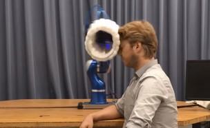 רובוט עם כרית אוויר חובט בבן-אדם (צילום: DLR RMC, יוטיוב)