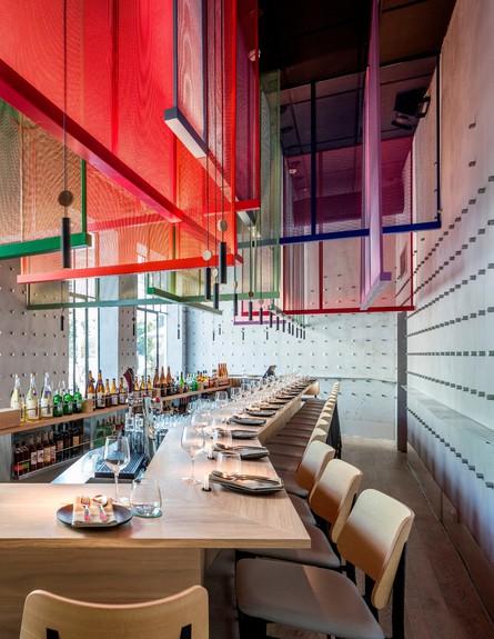מסעדות01, מבנה צר, ארוך וגבוה שבמרכזו בר (צילום: עמית גרון)