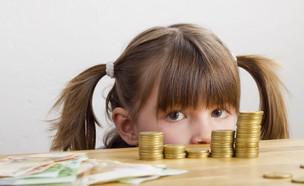 ילדה עם כסף (צילום: Katy Spichal, Shutterstock)
