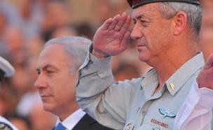"""גנץ לצד נתניהו בטקס צבאי (צילום: דובר צה""""ל)"""