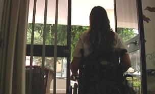 כה על כיסא גלגלים שלא יכולה לבלות בגלל נגישות (צילום: חדשות 2)