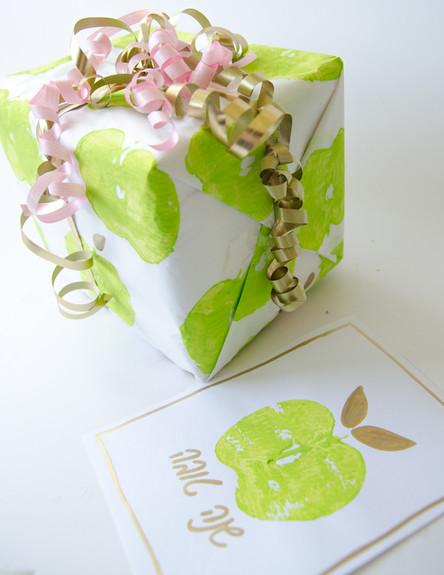 אריזת מתנה בחותמת תפוח, ג, 011 (צילום: נועה קליין)