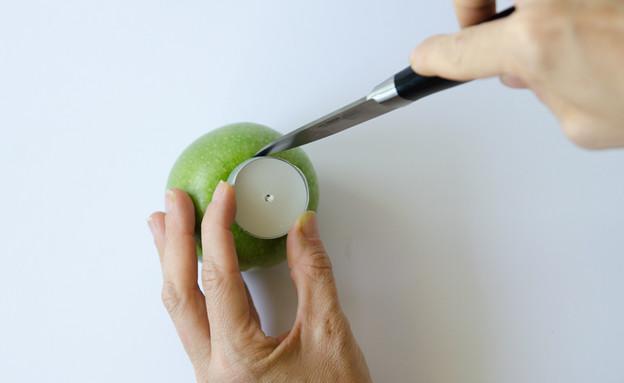 016--ממסמנים-את-הגודל-של-הנר-לנר-בתפוח (צילום: נועה קליין)