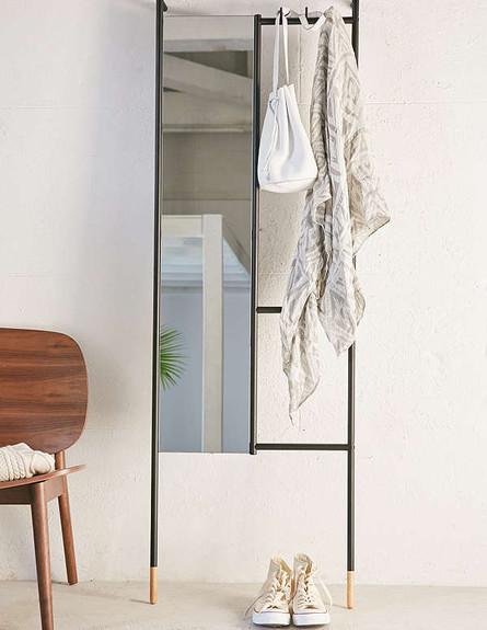 11 מראה משולבת עם מתלה, תתאים במיוחד לחללים קטנים. מחיר 119 דולר,  (צילום: Urban Outfitters)