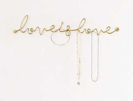 מתלה LOVE IS LOVE לתכשיטים. מחיר 18 דולר, ג