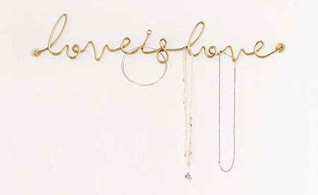מתלה LOVE IS LOVE לתכשיטים. מחיר 18 דולר, ג (צילום: Urban Outfitters)