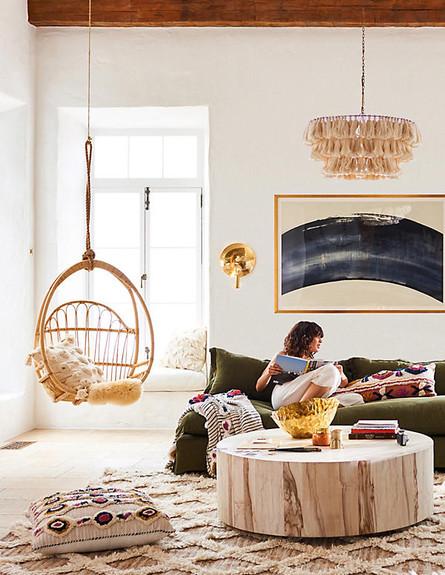 06 חלל מגורים בסגנון בוהו מודרני מאוזן ועשיר בטקסטורות טבעיות, ג (צילום: אתר Anthropologie)